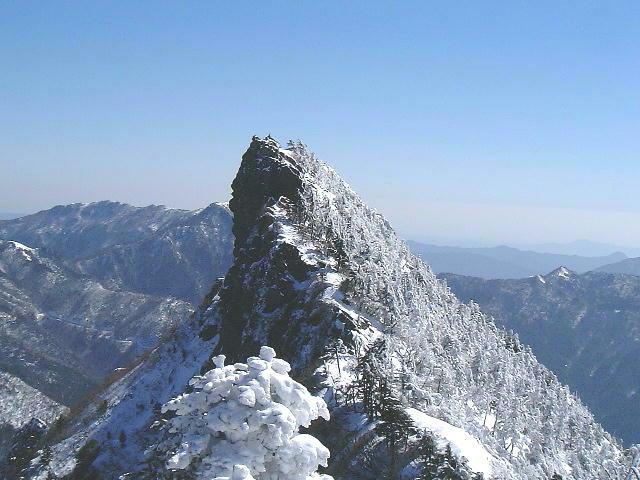 天狗岳冬景色/1月~3月(谷間の残雪は、4月下旬~5月上旬まで有り)